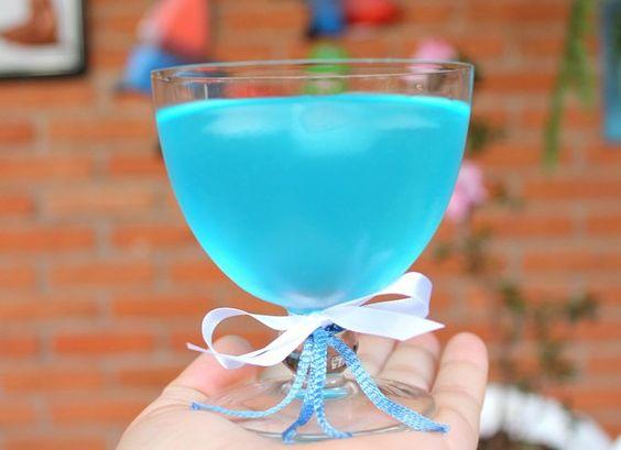 Aprenda a fazer um drink Frozen ideal para festas infantis com a temática da Princesa do Gelo.