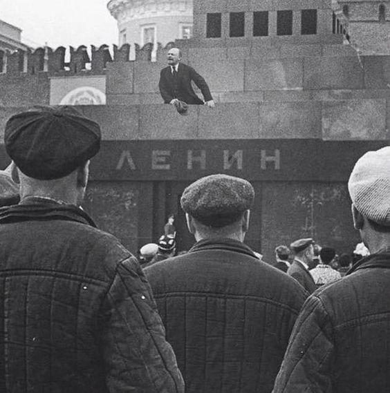 Редкое фото. В.И.Ленин произносит речь с трибуны Мавзолея перед трудящимися Москвы на открытии первого Всероссийского коммунистического субботника. 19 апреля 1922 года. Из архива Музея В.И.Ленина.