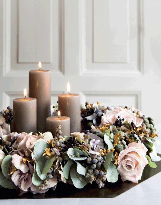 Un centre de table décoré avec des bougies et une couronne de noel | déco table noel | table de noel #noel #couronnedenoel