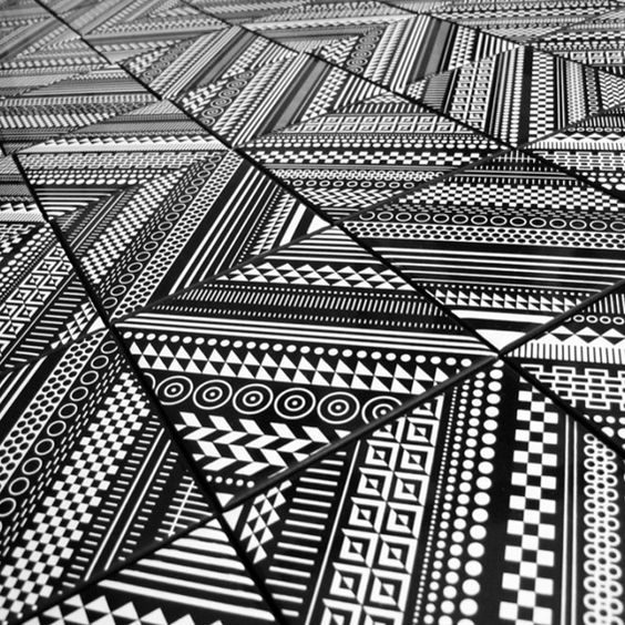 Pour Core Deco, le graphiste et designer Matt W. Moore a dessiné une ligne de carreaux de céramique aux motifs géométriques et hypnotiques.