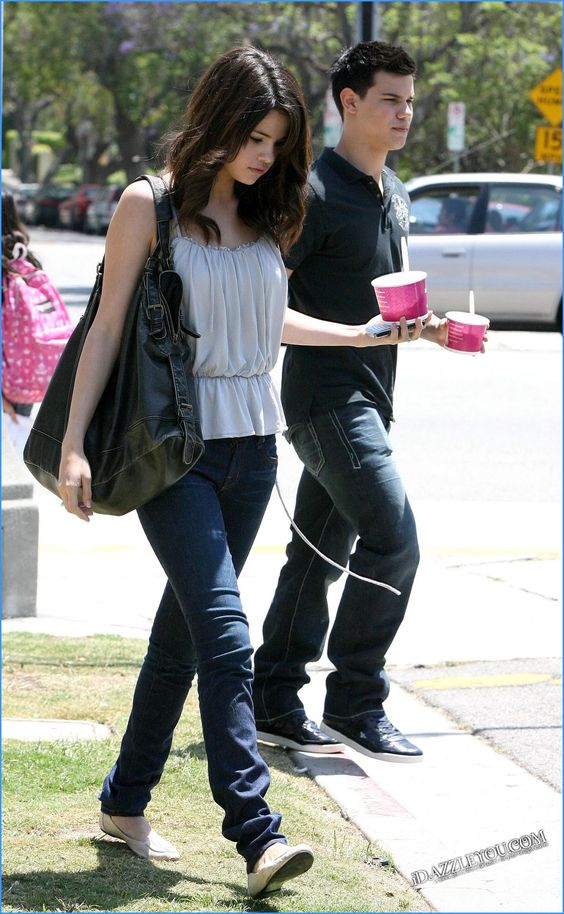 Selena gomez and taylor lautner dating 2010
