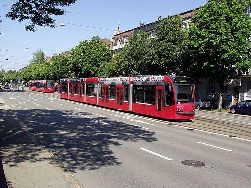 """""""BERNMOBIL"""" Tramway dans les rues de Berne."""