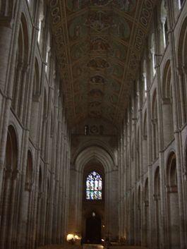 Catedral de Ely en Cambridgeshire, Inglaterra.  La construcción de la catedral actual fue iniciada en 1083 .  Se le conoce localmente como «la nave de los Fens» debido a su forma prominente que se eleva sobre el paisaje llano y acuoso circundante. Nave