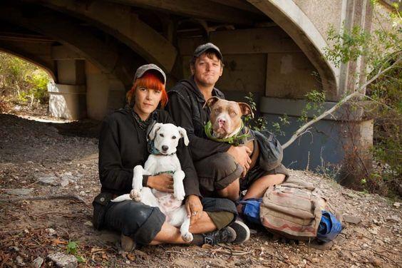 Maggie et Eric avec Dixie et Reptar - La photographe Norah Levine, en collaboration avec l'association 4PAWS, nous présente des portraits émouvants qui explorent l'amour inconditionnel unissant les personnes sans-abri avec leurs animaux, leurs plus proches compagnons.