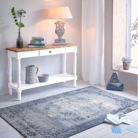 Im Landhaus-Stil gehalten besticht die Tischplatte durch ihre Holzmosaik.