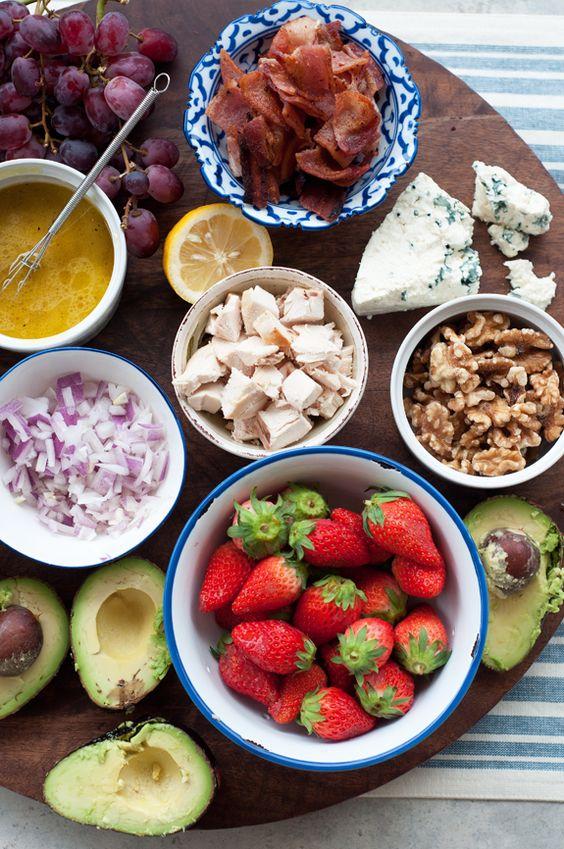 ingredientes para hacerse ensaladas al gusto, servidas en un buffets y con diferentes salsas