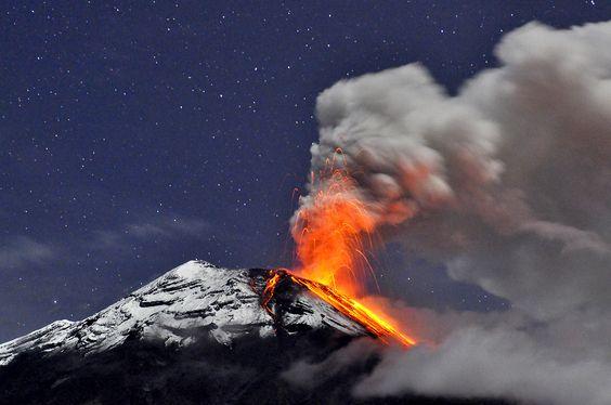 Volcan Tungurahua Volcan Tungurahua M And Growing Click - Incredible neon blue lava flames erupt volcano