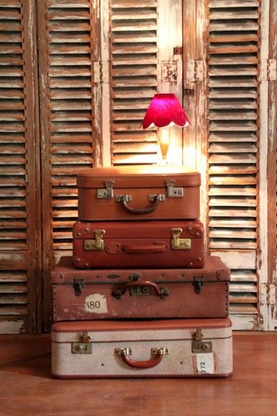 Valises vintages en carton... http://www.lanouvelleraffinerie.com/objets-meubles-vintage/632-hera-valise-vintage-en-carton-poignee-metal.html