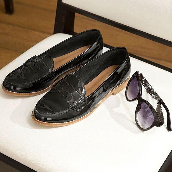 O mocassim envernizado é o sapato perfeito para dar ainda mais charme  aos looks que são a cara do outono . Compre on-line: sapato 540091353 | óculos 540146730 #renner #mocassim #oculos #moda
