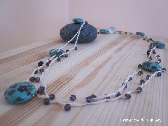 Collana all'uncinetto con pietre dure viola scuro e pietre rotonde azzurre con fiori