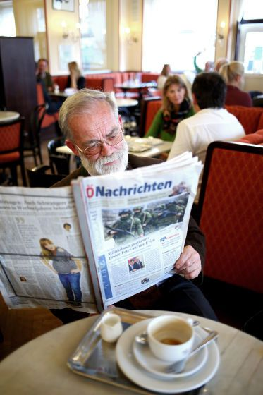 Im Traxlmayr wird heute Zeitung gemacht - Die Oberösterreichischen Nachrichten kommen heute, Donnerstag, in ihr zweites Wohnzimmer und machen Zeitung vom Café Traxlmayr aus. Mehr dazu hier: http://www.nachrichten.at/oberoesterreich/linz/Im-Traxlmayr-wird-von-10-bis-15-Uhr-Zeitung-gemacht;art66,1336620 (Bild: Weihbold)
