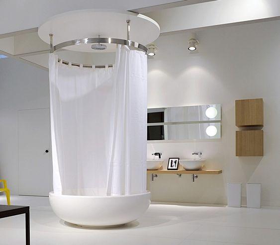runde badewanne mit duschzone und regendusche mit. Black Bedroom Furniture Sets. Home Design Ideas