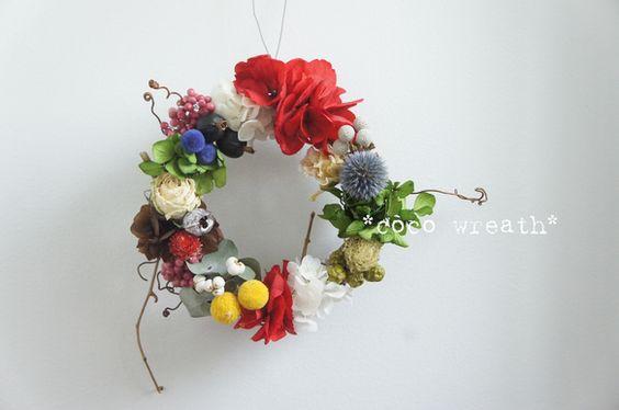 和をイメージして、真っ赤なアジサイや青、黄色などたくさんのお花を少しずつあしらいました。あまり見かけないような珍しい色合いを意識してお作りしました。*ベッチー...|ハンドメイド、手作り、手仕事品の通販・販売・購入ならCreema。