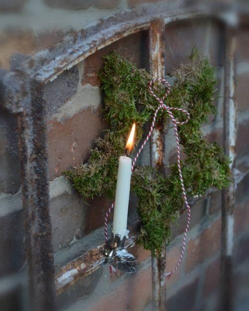 Oud Raam Met Kaars En Krans Kerstdecoratie Kersttrends Christmas Decoratie Ideas Jul Weihnachten Ideen Weihnac Kerst Kerst Pronkstukken Rustieke Kerst