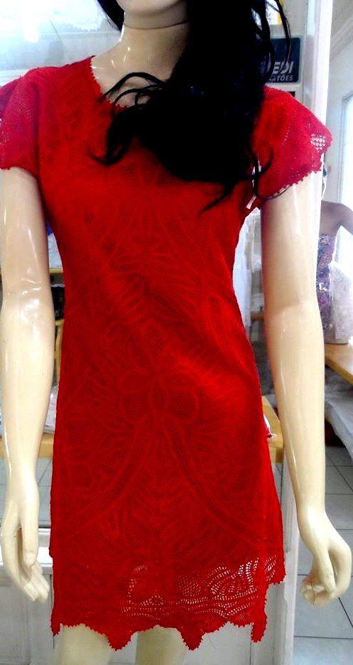 Vestido tubo vermelho, em renda renascença