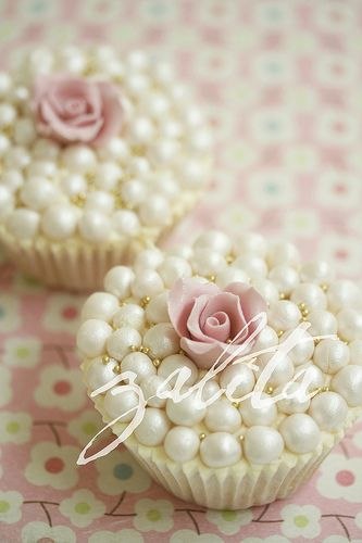 pearls and roses cupcakes