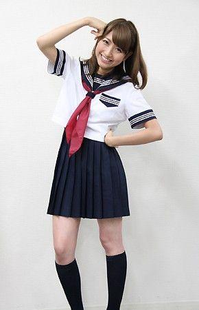 デビューシングルでセーラー服を着てポーズをとる三田友梨佳アナの画像