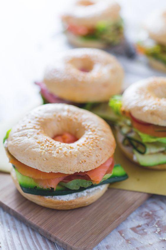 Divertitevi a preparate i #bagel farciti per un #brunch o #aperitivo in perfetto #American style scegliendo fra tre sfiziose alternative di ripieno, adatte a tutti i gusti! ( #stuffed bagel) #Giallozafferano #recipe #ricetta #bakery #happyhour