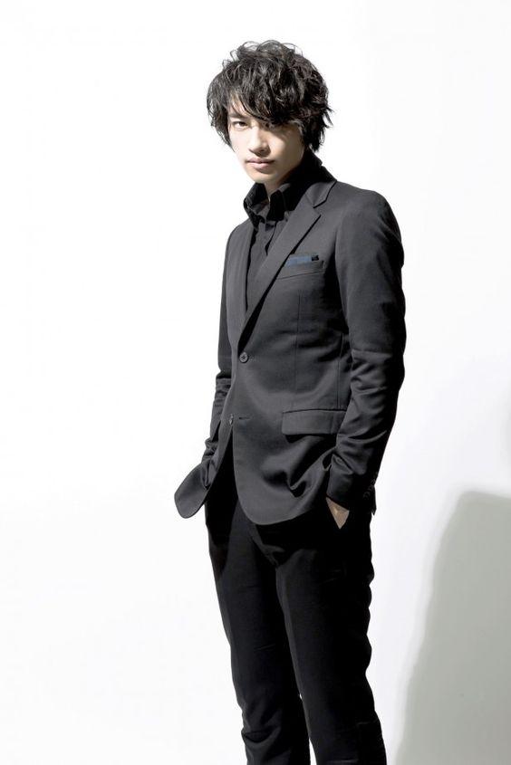 黒スーツを着た斎藤工