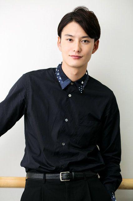 黒い衣装の岡田将生