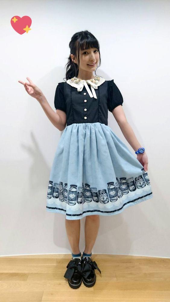 青いスカートのワンピースの高野麻里佳さん