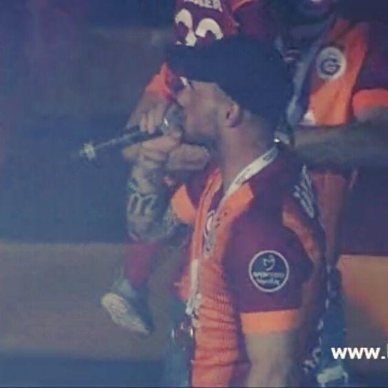 """Dünyanın en güzel """"fener ağlama"""" diyen adamı @sneijder10official ❤"""