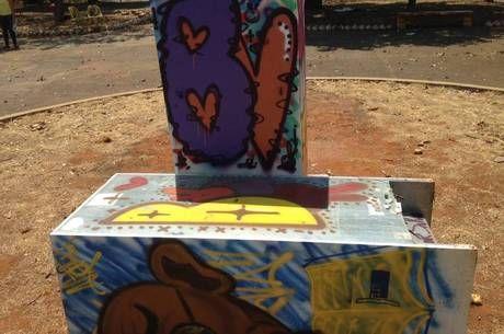 Projeto comunitário que disponibiliza livros em geladeiras no DF resiste à ação de vândalos - http://noticiasembrasilia.com.br/noticias-distrito-federal-cidade-brasilia/2015/12/23/projeto-comunitario-que-disponibiliza-livros-em-geladeiras-no-df-resiste-a-acao-de-vandalos/