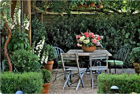 Jardim rústico com mesa e cadeiras