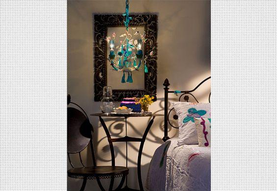 Doris Sochaczewski, da Coisas da Doris, usou flores, pássaros e um antigo sári turquesa neste lustre