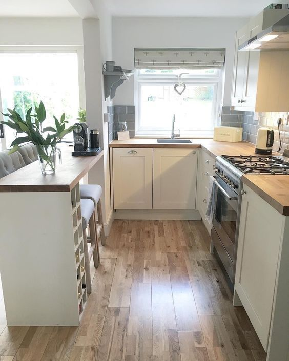 The Small Design Of The Shaker Kitchen With Narrow Breakfast Bar
