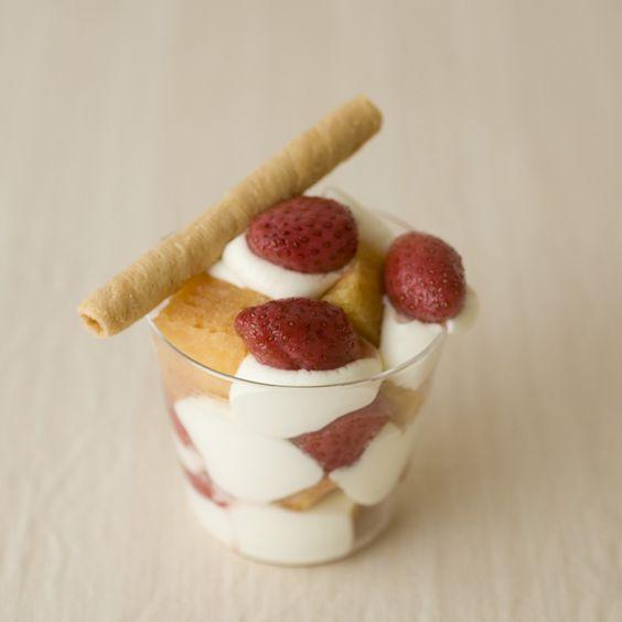 いちごシロップとその実、スポンジ、ホイップクリームを交互に盛り付ければ、簡単いちごパフェが楽しめます。/おいしい!かわいい!いちごのスイーツ(「はんど&はあと」2012年3月号)