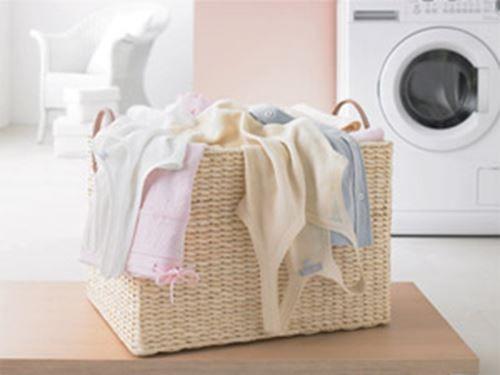 Nare geurtjes Na drie keer wassen nog nare geurtjes in je kleding? Helaas blijven geuren erg lang hangen. Toch is drie keer wassen niet nodig. Blijft de geur er na een keer wassen nog inzitten? Laat het kledingstuk dan een tijdje weken in water met een schoonmaakazijn. Daarna nog een keertje wassen in de wasmachine en als het goed is ben je van de vervelende geur af