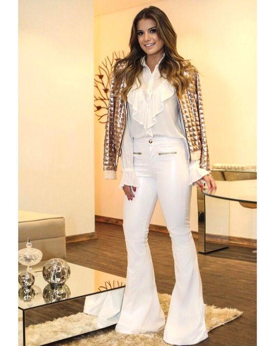 {All White by @coolhitoficial } Calça de couro, camisa linda e bomber de paete para dar todo o charme pro look monocromático!