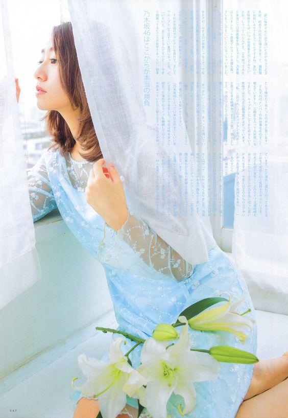 カーテンから外を眺める桜井玲香のかわいい画像