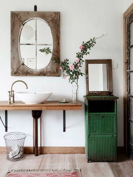 Un baño sencillo y con toques rústicos que nos gusta mucho. ¿Os gusta la madera en el baño?