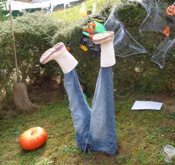 Originale décoration Halloween dans le jardin
