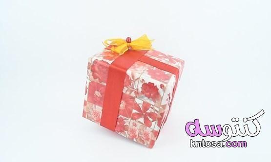 كيفية تغليف هدية طريقة اللف التقليدية طرق تغليف الهدايا في المنزل طريقة تغليف الهدايا بالشفاف 2020 Kntosa Com 22 19 157 Decorative Boxes Box Takeout Container