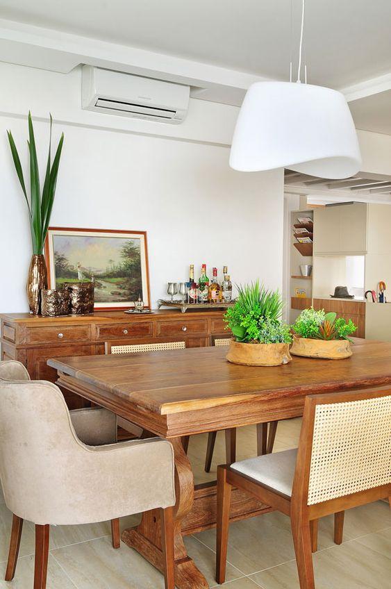 Decoração de apartamento moderno e descolado. Sala de jantar, mesa de jantar de madeira com plantas, cadeira estofada, pendente, prato de parede.    #decoracao #decor #details #casadevalentina