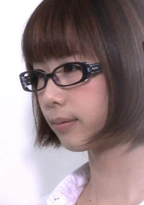 黒縁メガネをかけているボブヘアの大家志津香の画像
