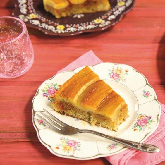 Bolo perfeito de banana caramelada | Receita Panelinha:  Um bolo que perfuma a casa toda antes mesmo de sair do forno... Tem como resistir? Escolha bananas bem maduras e capriche no caramelo: esse bolo que tem jeito de casa de avó não vai durar muito tempo no prato.
