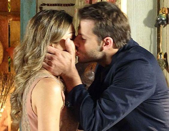 Relembre os melhores beijos das novelas Home Fotos Ester (Grazi Massafera) e Cassiano (Henri Castelli) em Flor do Caribe (2013).