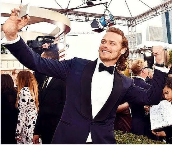 Selfie at the 2016 Golden Globes pointing to the SoCal Heughligans behind him.