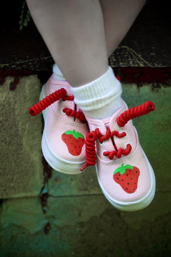schattig, schoenen met aardbeien voor de kleine meid: