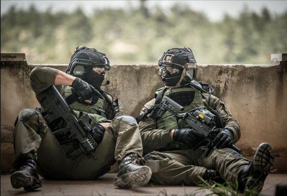 Two Israeli Shayetet 13 operators just chilling. (935x640)