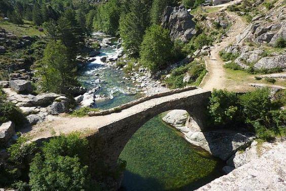 Corsica - Fleuves et Rivières - Le Golo (en corse Golu) est le plus grand fleuve de Corse. Il se jette dans la mer Tyrrhénienne.Ce fleuve côtier prend naissance au sud de la Paglia Orba (2 525 m), à 200 m au sud du Capu Tafunatu (2 335 m) à 1 991 mètres d'altitude, sur la commune d'Albertacce. Il parcourt 89,6 km1 pour finir sa course dans la mer Tyrrhénienne, au sud de l'étang de Biguglia en plaine de Lucciana longeant le site de Mariana.   https://fr.wikipedia.org/wiki/Golo