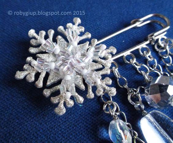 """Spilla ferma-sciarpa """"Inverno"""", dettaglio del fiocco di neve color argento - """"Winter"""" scarf brooch, detail of the silver colourder snowflake - RobyGiup handmade #gift #woman #snow #crystal #glass #regalo #donna #cristallo #vetro"""