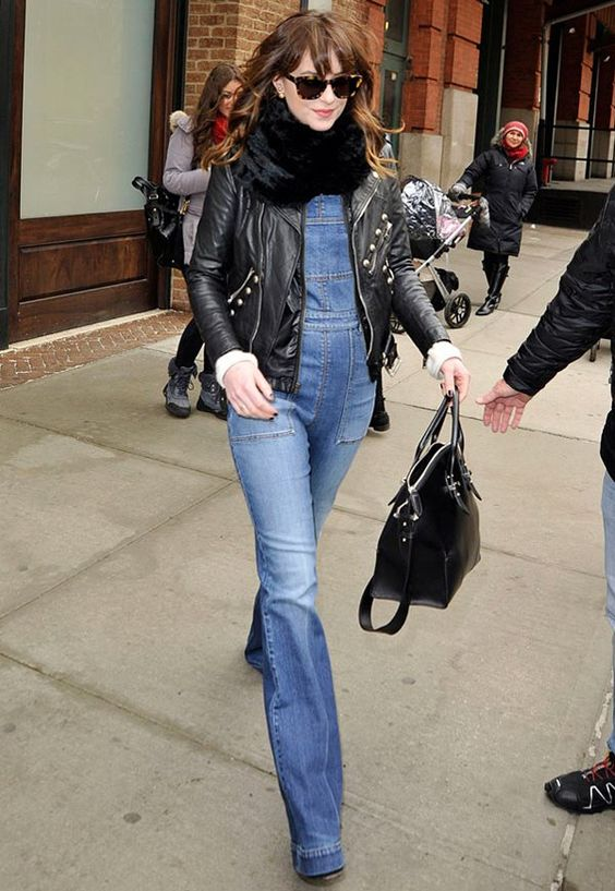 dakota-johnson-jardineira-jeans: