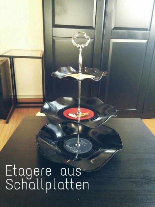 Etagere aus Schallplatten - Einfach bei 75 °C -  100 °C Ober/-Unterhitze auf einer Schüssel in den Ofen bis sich die Platte verformt und wieder heraus nehmen.