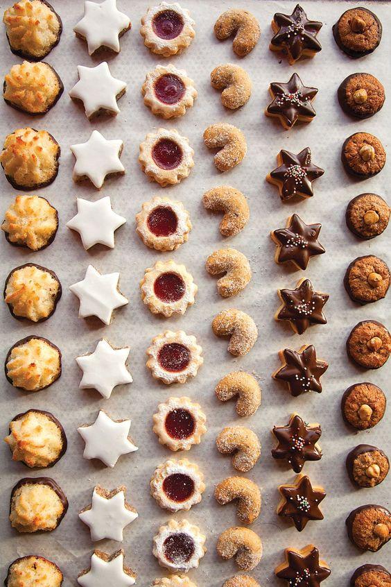 Plätzchenzeit: Kokosmakronen, Zimtsterne, Spitzbuben, Vanillekipferl, Schokoladen-Butter-Plätzchen und Nusstaler