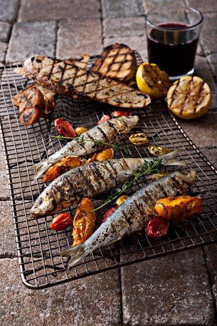 Tempo d'estate, tempo di grigliate. Avete in programma di organizzare una bella grigliata con gli amici? Ricordatevi sempre di scegliere pesci dalla carne compatta come il salmone, le sarde, il pesce spada e il tonno fresco. Evitate pesci troppo delicati come il merluzzo in quanto la carne tende a diventare molto friabile. Seguici su www.frescopesce.it Fonte: Visit ffffood.com